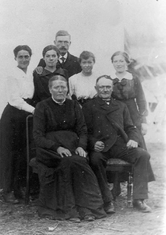 Familien Knudsen: mor og far med voksne børn og svigerdatter.